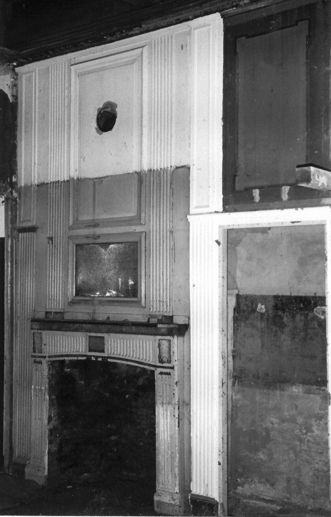 afb. | schoorsteenwand in de binnenkamer, na ont-manteling in 1977