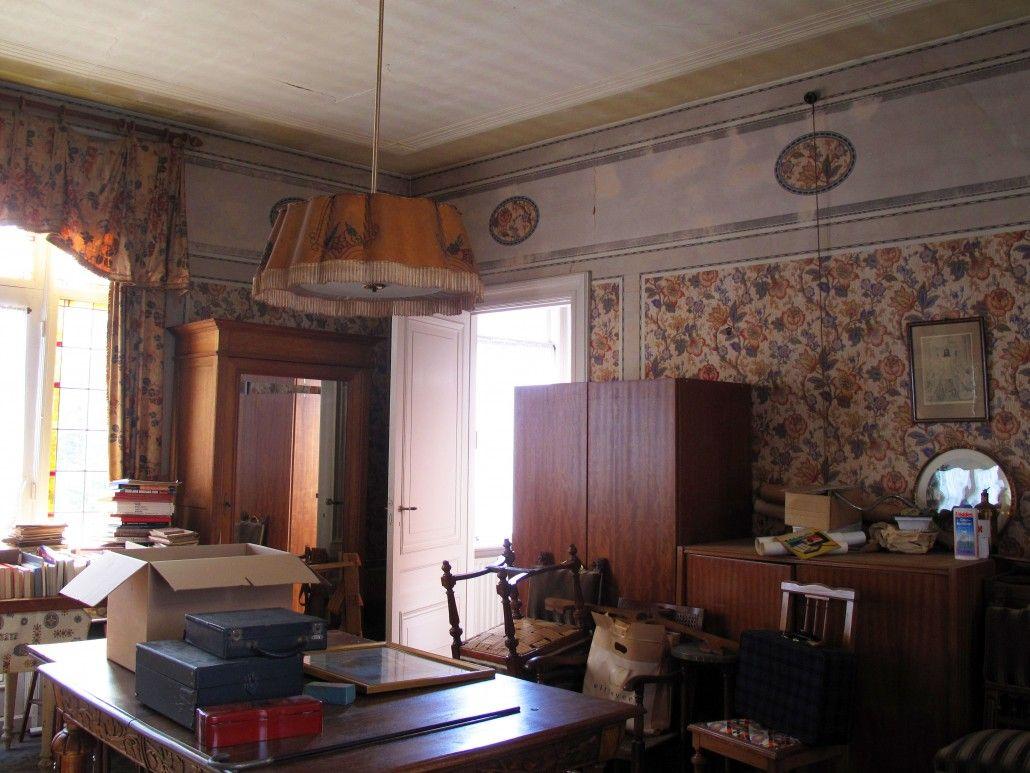 Bijzonder behang in de thans grote badkamer en suite. Helaas was het behang zodanig aangetast door lekkages van jaren dat behoud niet meer mogelijk was.