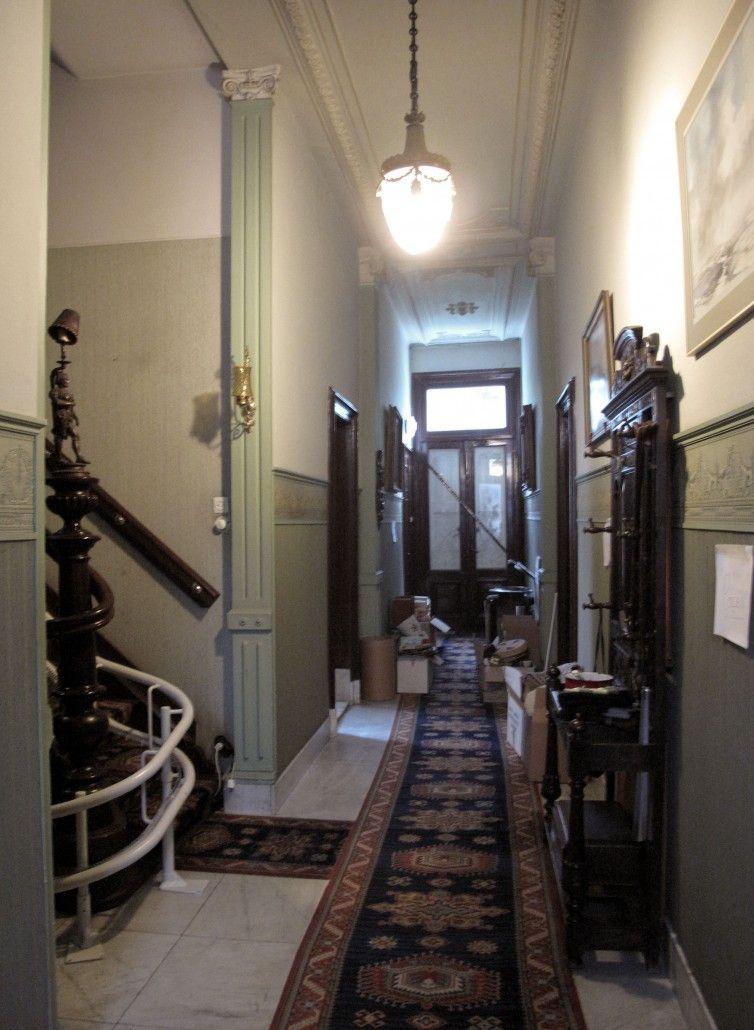 de gang voor restauratie. Op de trap is een stoellift aangebracht. De deur naar de tuin was door plankendeuren afgesloten waardoor het een vrij donkere ruimte was.