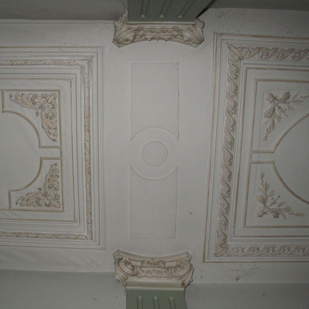 De overgang tussen het plafond in de gang. Links op de foto de uitbreiding, rechts het plafond van het pand uit 1890.