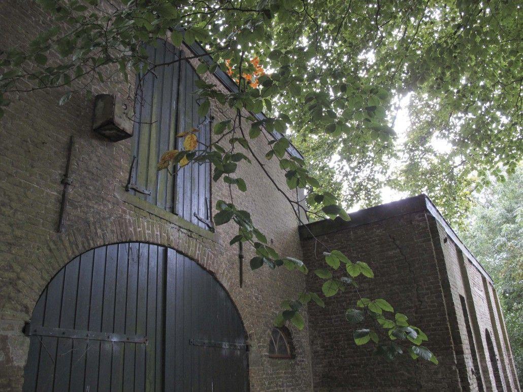 De poortdeuren van het koetshuis.