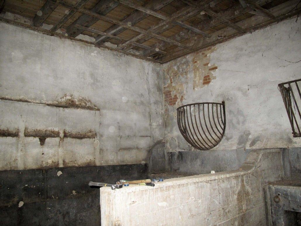 Het oorspronkelijke schotwerk en ruif in de stal.