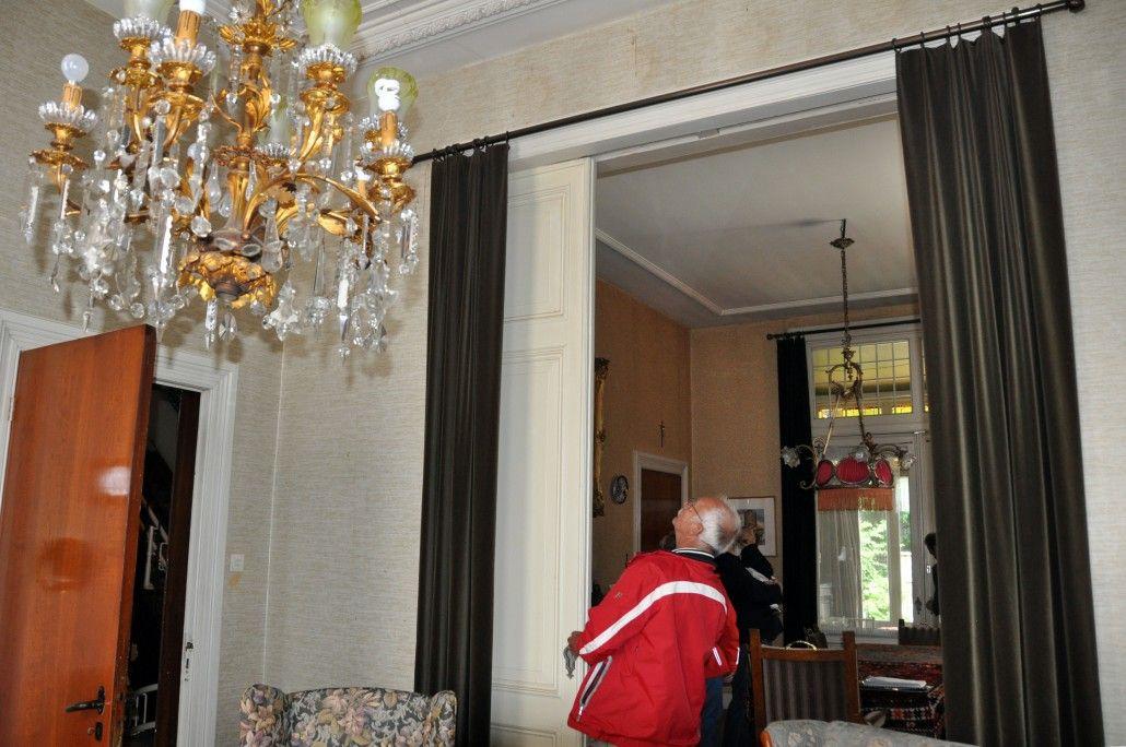 De voorkamer voor restauratie, de paneeldeuren zijn o.a. nog afgetimmerd. De lamp heeft inmiddels na restauratie een plaatsje gevonden in de gang.